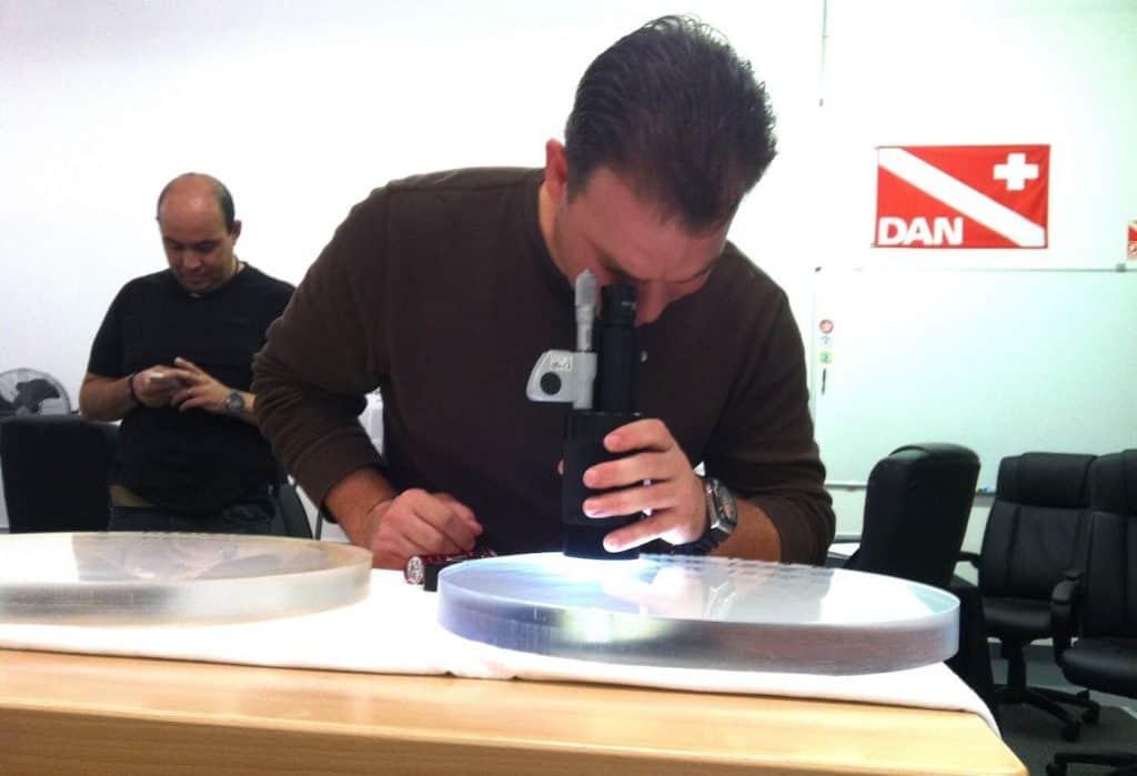 Inspekce hyperbarického akrylu